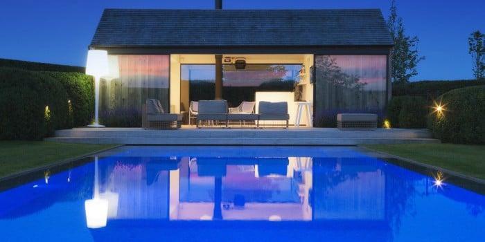 <p>overloopzwembad met led verlichting tijdens valavond</p>