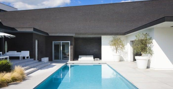 <p>modern zwembad met open bar</p>