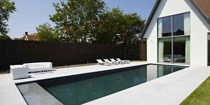 <p>zwembad in groene mozaiek met strak design</p>