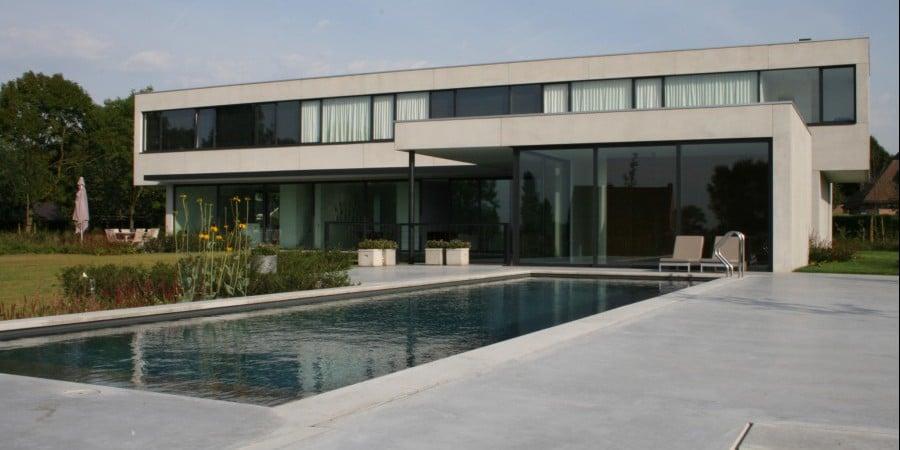 <p>zwembad met strakke architectuur in betonlook</p>