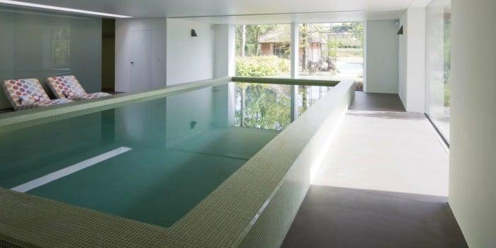 <p>verhoogd zwembad volledig met fijne mozaïek afgewerkt</p>