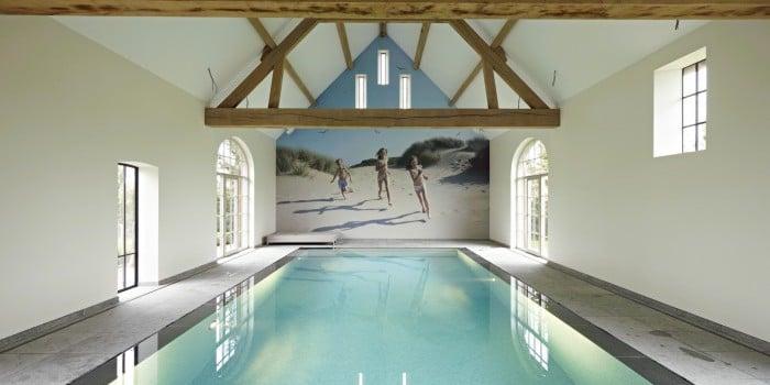 <p>mozaiek zwembad in bestaande schuur</p>