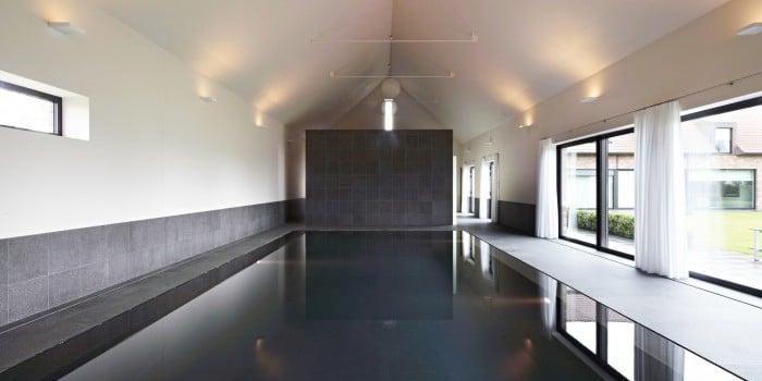 <p>binnenzwembad in donkere mozaïek</p>
