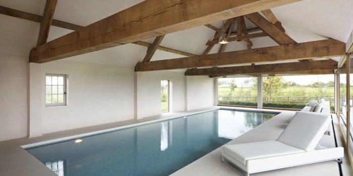 <p>skimmerzwembad met lichtgrijze mozaïek</p>