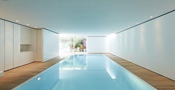 <p>binnenzwembad met witte tegeltjes en extra lichtinval</p>